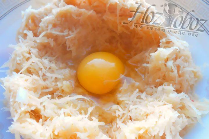 Смешайте перетертый лук с картофелем и добавьте куриное яйцо