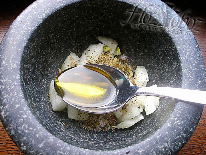 Следом за солью и перцем влейте немного оливкового масла