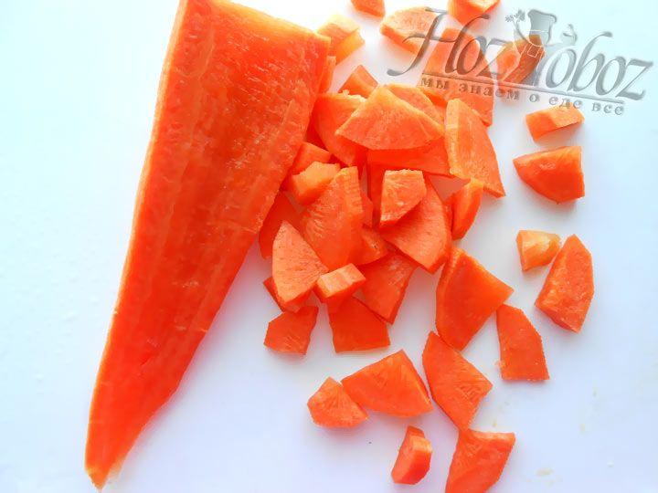Помойте, очистите и нарежьте морковку, а затем добавьте ее к мясу и луку