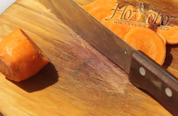 Очистите морковь и нарежьте ее кружочками