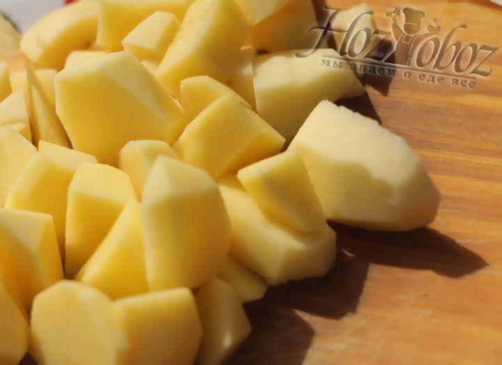 Почистите и нарежьте крупными кусками картошку