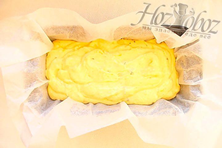 В форму для теста (желательно прямоугольной формы) застилаем бумагой для выпечки и выкладываем в нее тесто для кекса