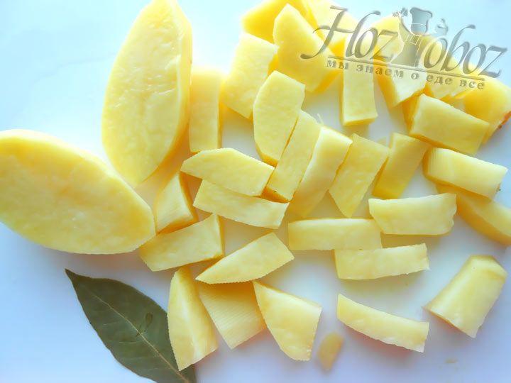 Добавьте в наше мясное рагу картошку после чего воду и оставьте тушиться