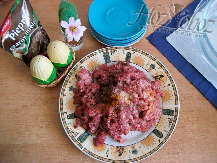 Добавляем в мясо соль, перец и приправы по вкусу
