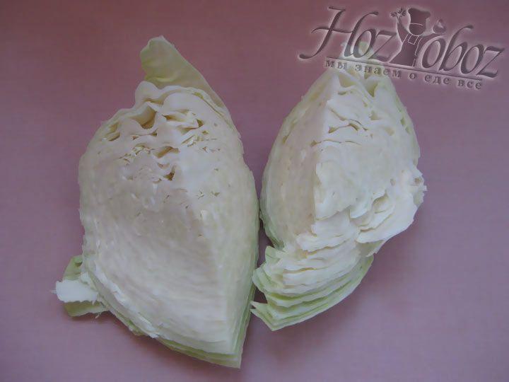 Моем и сушим капусту. Снимаем верхние листья и разрезаем на четыре части