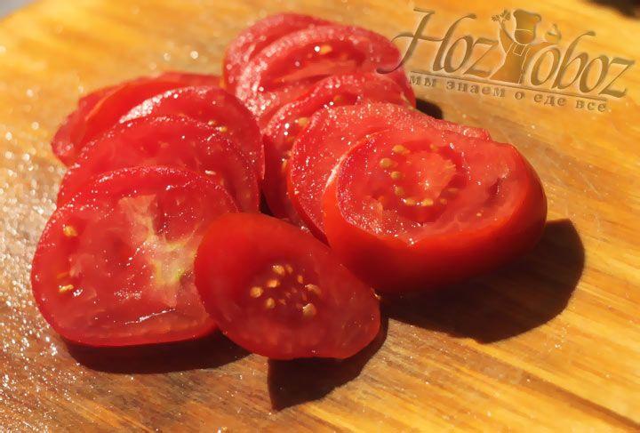 Последним слоем раскладываем нарезанные кольцами помидоры