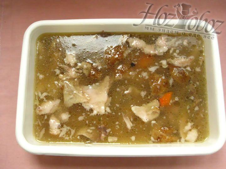 Теперь процеженным бульоном заливаем мясо и овощи, ставим в холодильник на ночь.