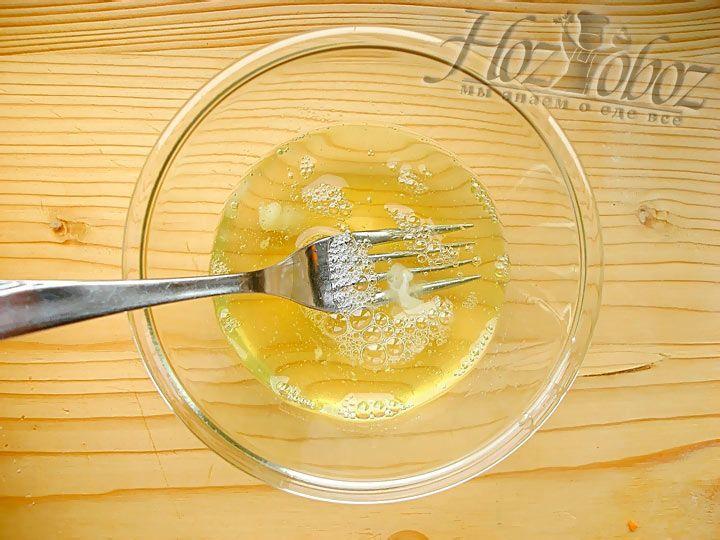 В отдельной посуде взбейте (не сильно) белки куриных яиц