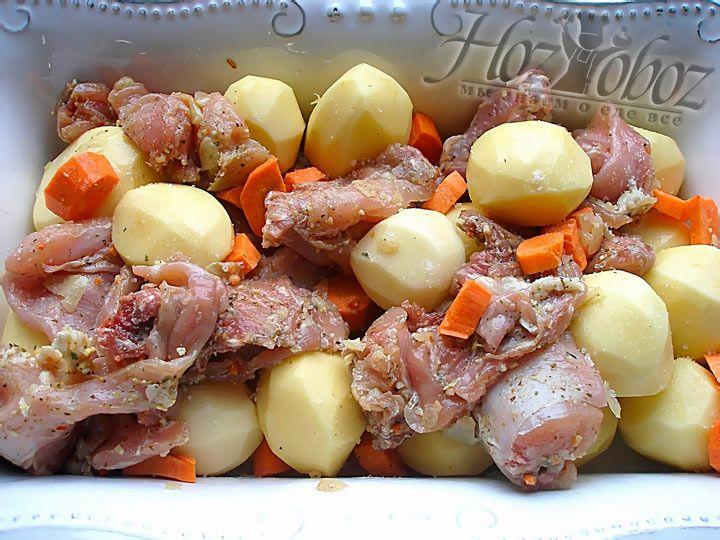 Морковку так же выкладываем в форму, после чего все перемешиваем, что бы маринад смочил овощи