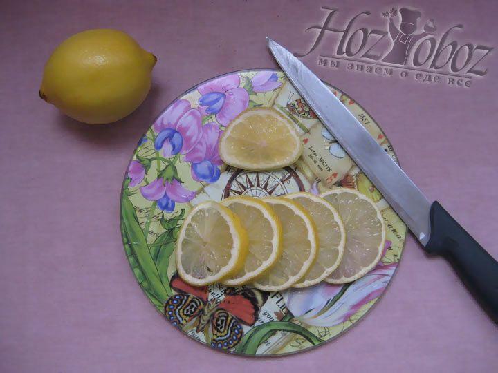 Нарежьте лимон для украшения