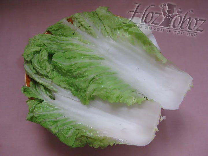 Помойте листья капусты и опустите на пру минут в кипяток