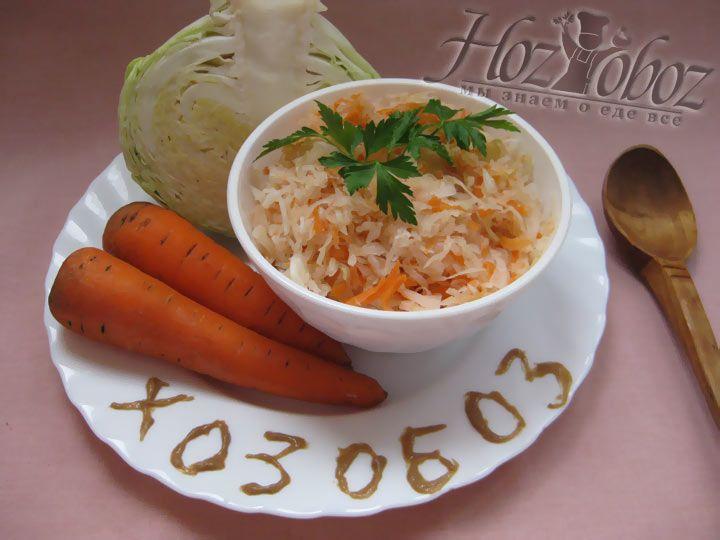 Хранить квашеную капусту необходимо в прохладном месте. А подавать на стол  нужно заправив растительным маслом. Приятного аппетита