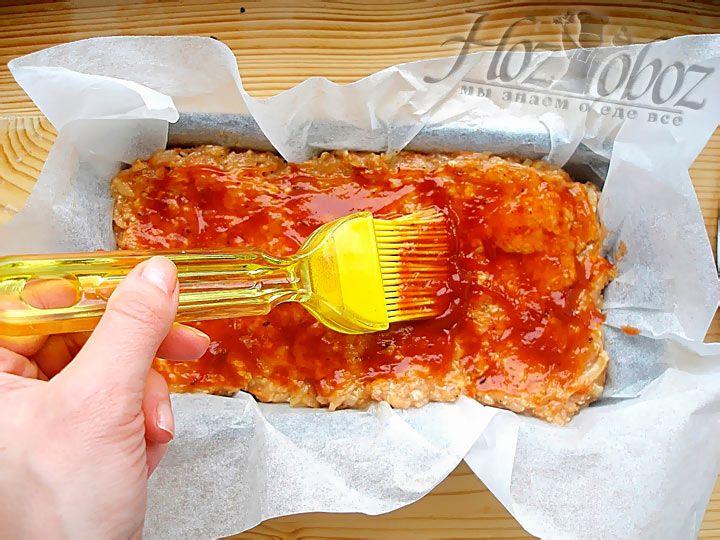 Смажьте верз будущего мясного хлеба томатным соусом