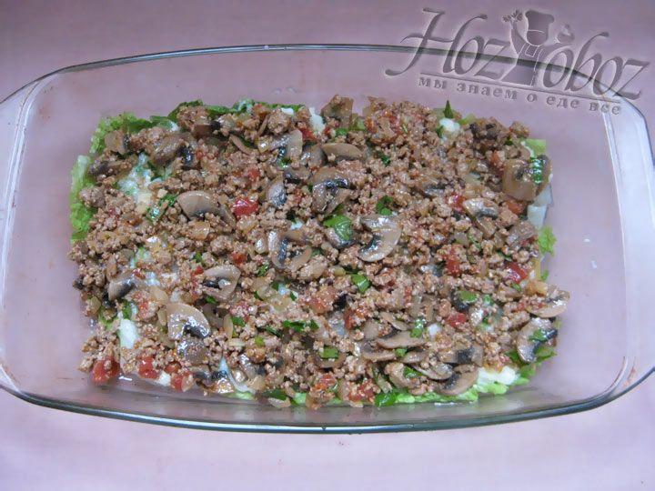 Поверх соуса выложите мясную начинку для капустной лазаньи
