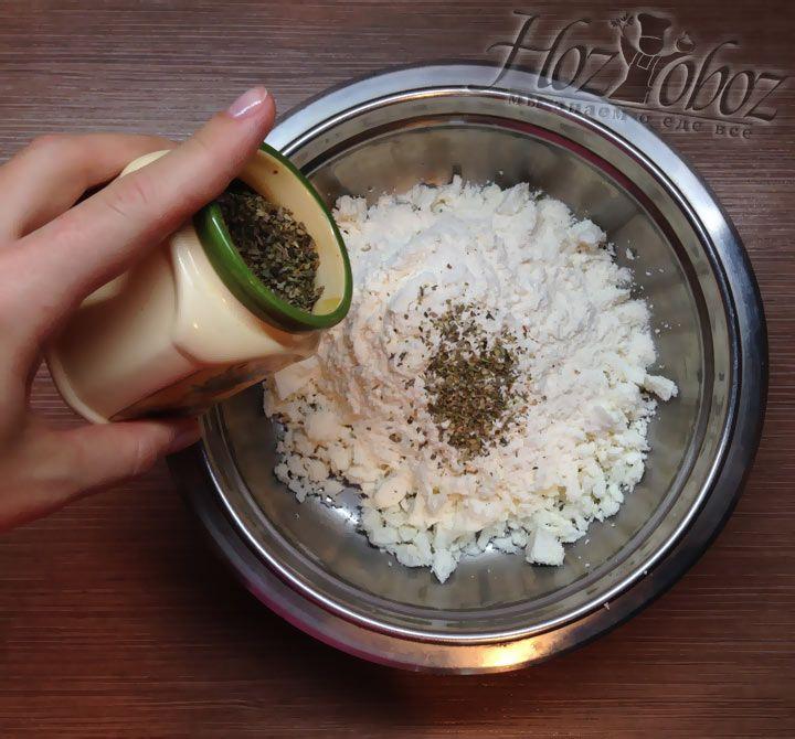 Если любите, добавьте в тесто немного пряных специй и трав
