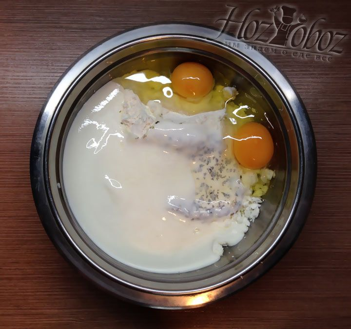 Разбиваем в тесто яйца
