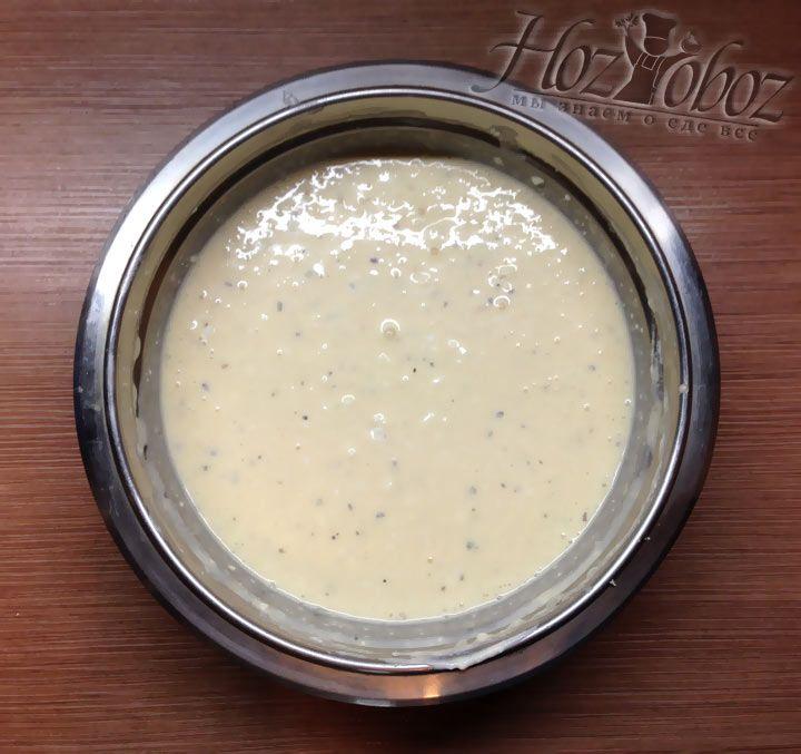 Когда все ингредиенты окажутся в миске замешиваем однородное тесто, напоминающее по консистенции тесто для налистников