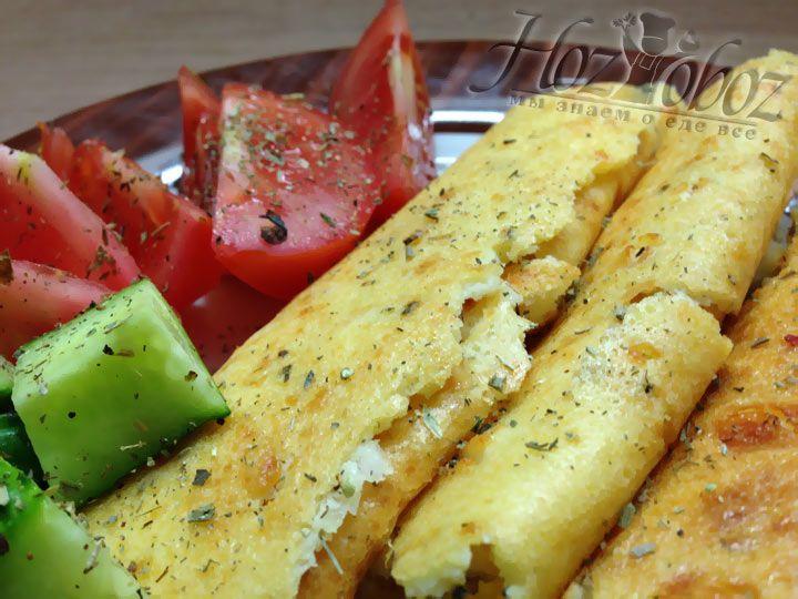 Когда лепешка немного сотынет ее следует порезать на куски, а их свернуть трубочками. Подаем лепешку к сыру, маслинам, свежим овощам, мясу или рыбе - она отлично подойдет к любому блюду