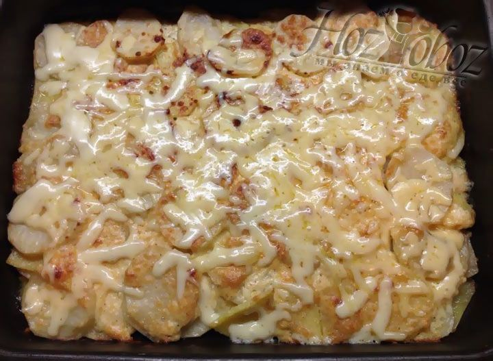 Как только сыр растечется по поверхности картофеля следует достать форму из духовки и прямо в форме нарезать порциями
