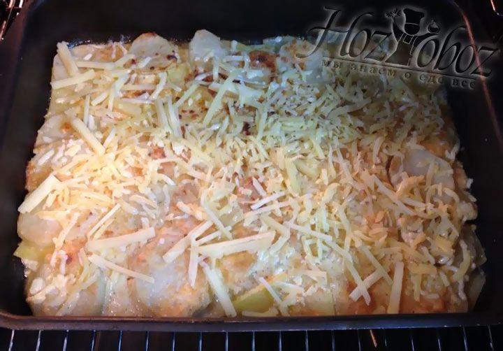 Когда Вы увидите, что блюдо подрумянилось, выньте его из духовки и посыпьте оставшимся тертым сыром. После снова поставьте в духовку на 5 минут, чтобы дать сыру расплавиться