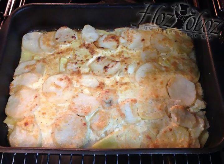 Готовится картофельный гратен примерно 30-40 минут. Чтобы убедиться в том, что все готово нужно проверить мягкость картофеля, проткнув его вилкой