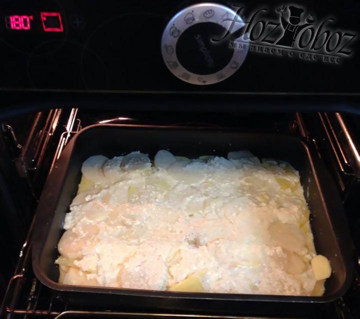 Для запекания духовку нужно разогреть до температуры 180 градусов и только когда она будет горячей поместить в нее форму с гратеном