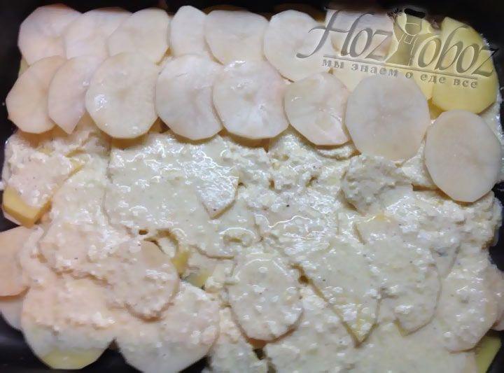 Далее снова очередь картофеля, а после соуса и так до окончания ингредиентов