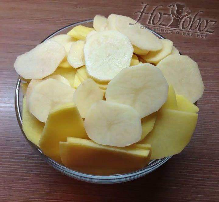 Картофельные клубни необходимо очистить, вымыть и нарезать кружками толщиной около 3 мм
