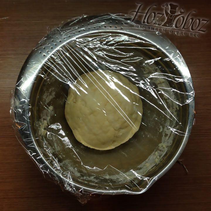 Готовое, хорошо вымешеное тесто нужно завернуть и положить в холодильник на 15 минут