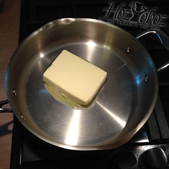 Нагреваем в сотейнике сливочное масло до полного расплавления