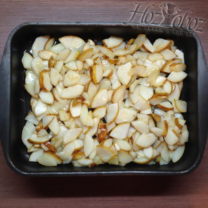 Когда груши в карамели приготовятся их следует пересыпать в форму для дальнейшей выпечки пирога. Высыпаем только сами груши, карамель остается в сотейнике