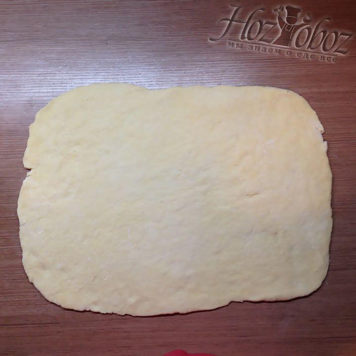 Паралельно с приготовлением начинки следет достать из холодильника тесто и раскатать его чуть больше диаметра формы для выпечки
