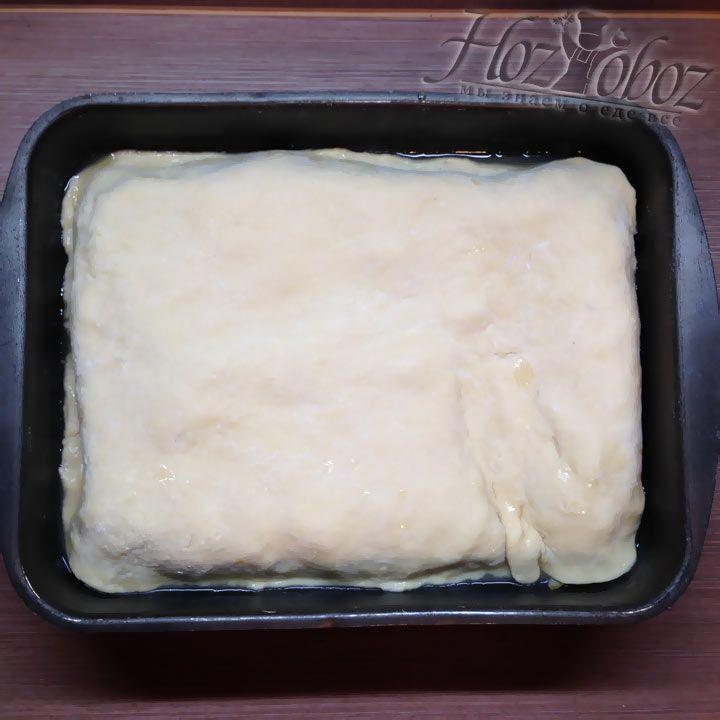 Сверху груши необходимо накрыть пластом теста, подготовленного заранее, и не забыть завернуть края внутрь, чтобы в дальнейшем выпечка не потеряла форму пирога