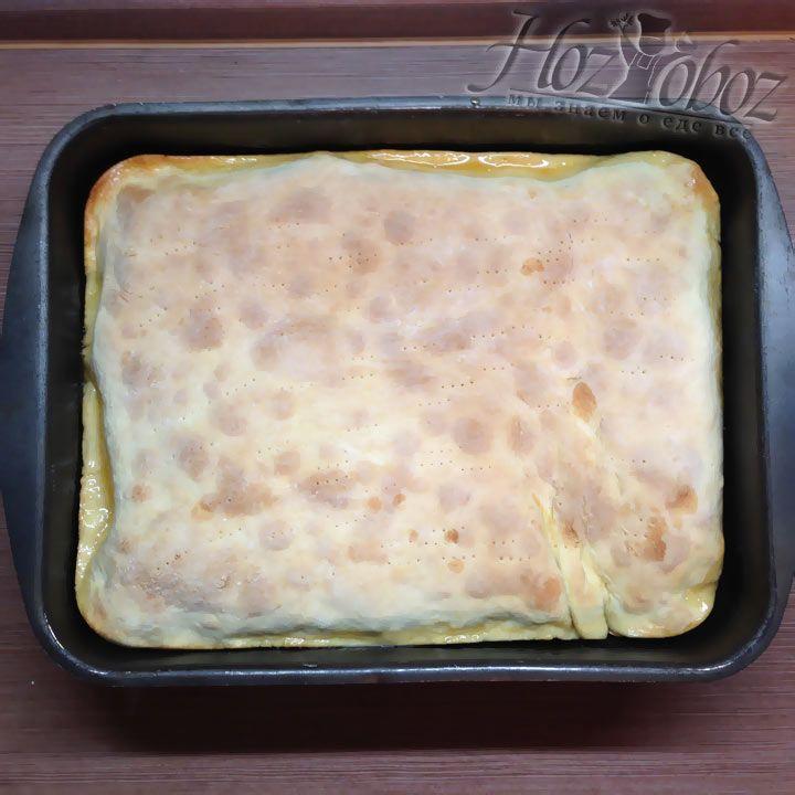 Когда пирог приготовится тесто должно немного подрумянится, как на фото