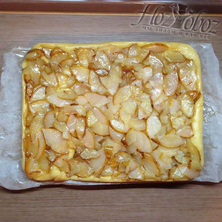 Переворачиваем пирог из формы на разделочную доску, которую лучше застелить бумагой для выпечкий