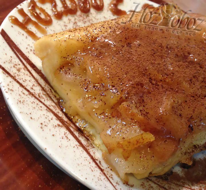 Теперь делим пирог на порции и подаем с корицей или другими понравившимися специями