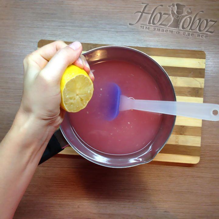 В ковш с желе выдавливаем несколько ложек лимонного сока