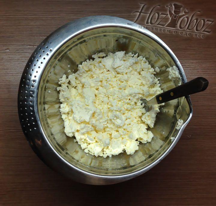 В качестве основы для начинки используем плотный творог, который вначале высыпаем в миску и разминаем с помощью вилки