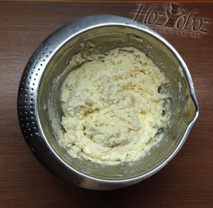 Теперь начинку перемешиваем и получаем однородную и густую ароматную творожную пасту