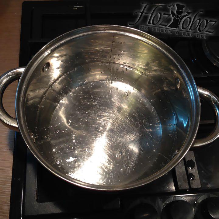 Кипятим воду для супа в кастрюле подходщего размера