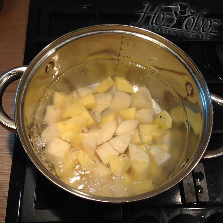 В кипящую воду забрасываем очищеный и нарезаный кубиками картофель