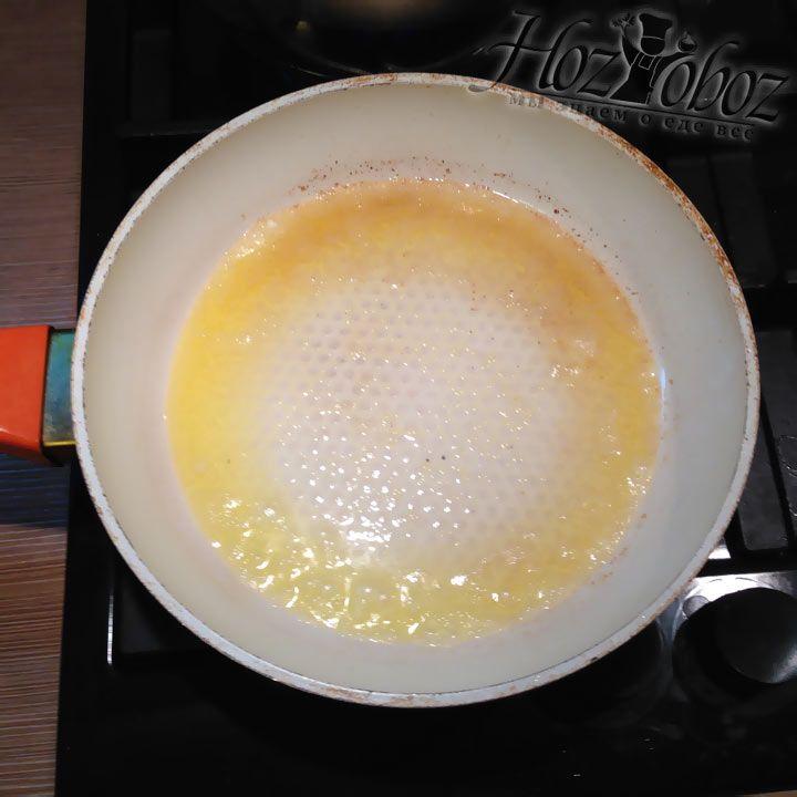Растопим на сковороде кусок сливочного масла весом в 40 грамм