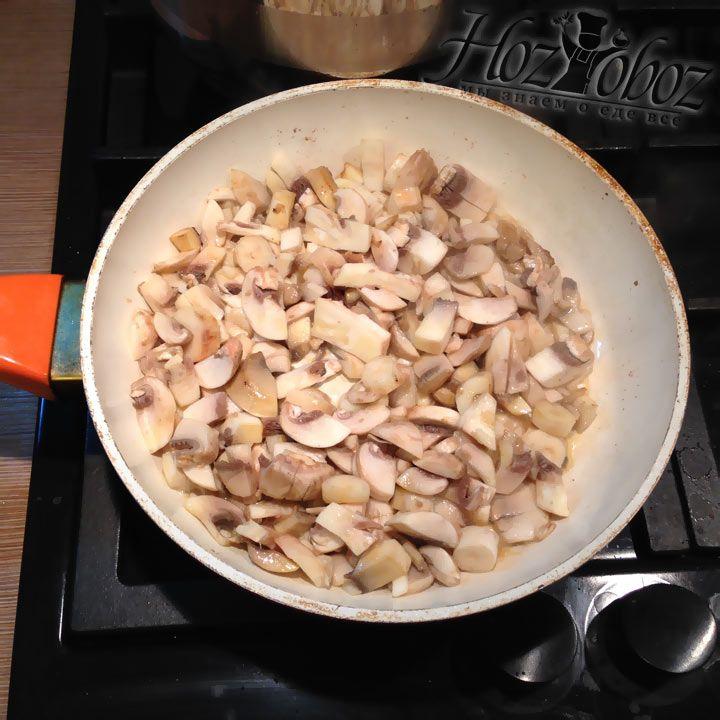 Когда масло растаяет высыпаем на сковородку 80% всех грибов