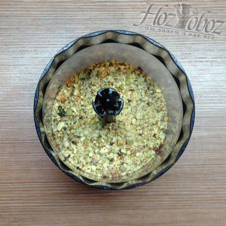 Соединяем сахарный песок с орехами в емкости блендера, чтобы измельчить их вместе