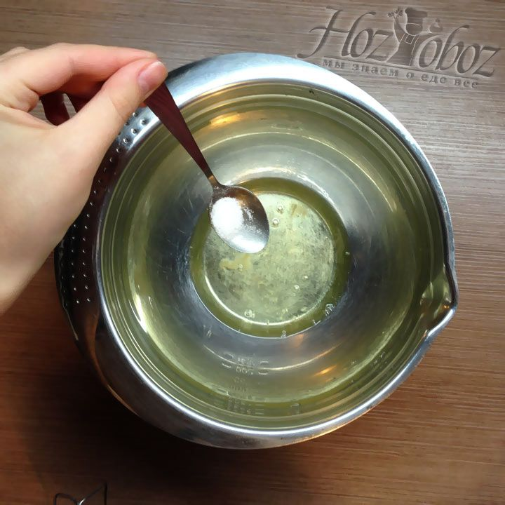Чтобы белки взбились лучше и быстрее добавляем в миску немного соли