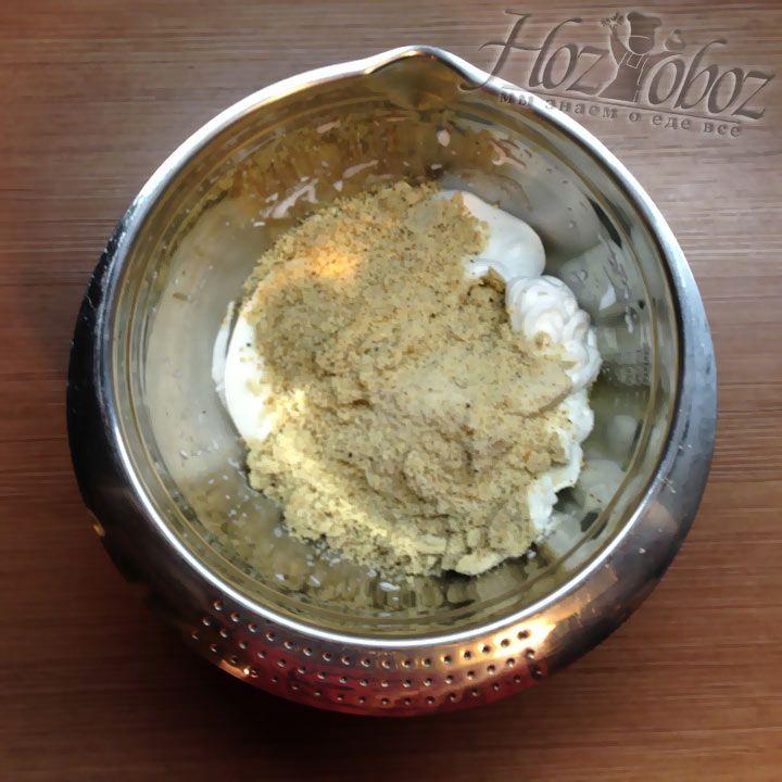 В белковую пену небольшими порциями добавляем измельченные орехи с сахаром