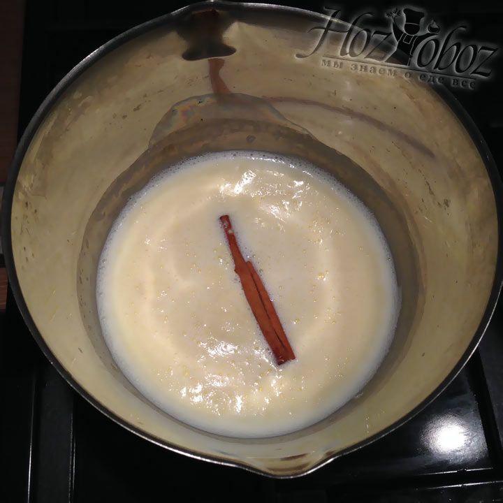Как только все ингредиенты растопятся и смешаются, добавим палочку корицы. Полученный сироп кипятим около 5 минут