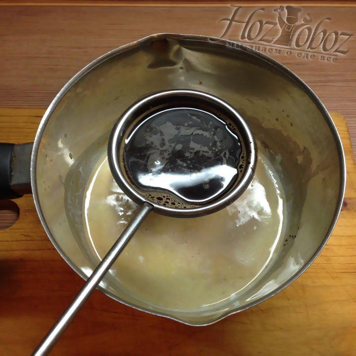 Готовый шоколадный соус снимаем с огня и добавляем в него заваренный кофе без жмыха