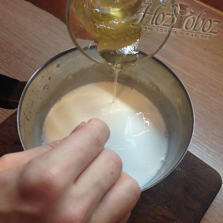 Полностью растворяем желатин в воде и смешиваем его с разогретыми сливками, приправленными ванилью