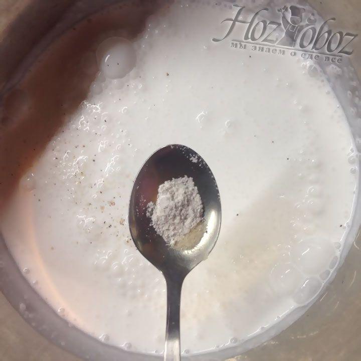 Нагреваем сливки и добавляем в них ваниль и сахар